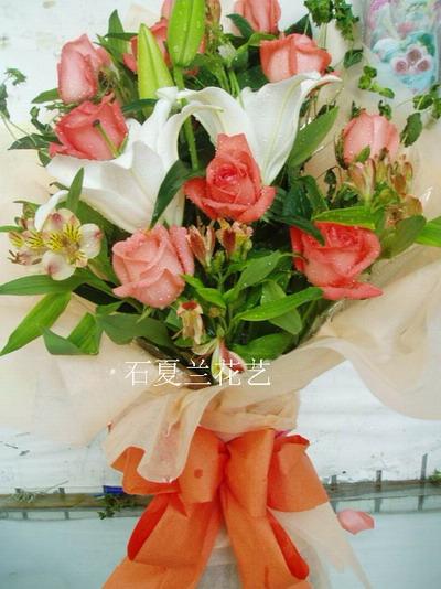 石夏兰11朵粉玫与百合鲜花图片展示。