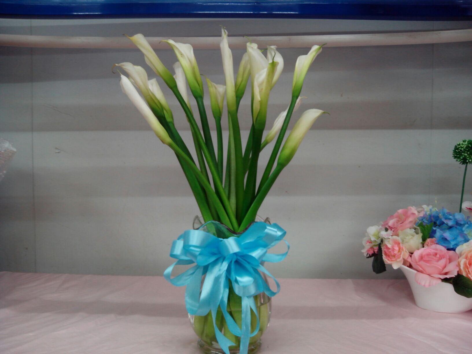 石夏兰瓶插马蹄莲鲜花图片展示。