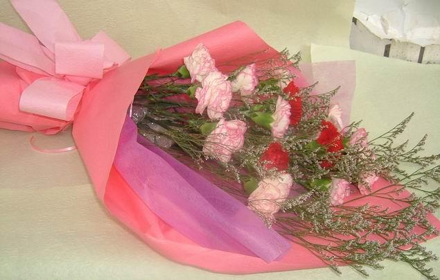 石夏兰康乃馨红玫瑰花束鲜花图片展示。