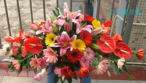 石夏兰红掌,百合台面花,会议桌台面花,会议室鲜花布置,西餐桌面花,西式宴会花鲜花图片展示。