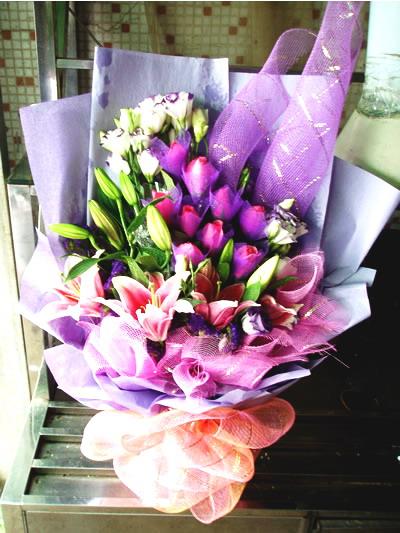石夏兰9朵粉红玫瑰3枝粉香水百合鲜花图片展示。
