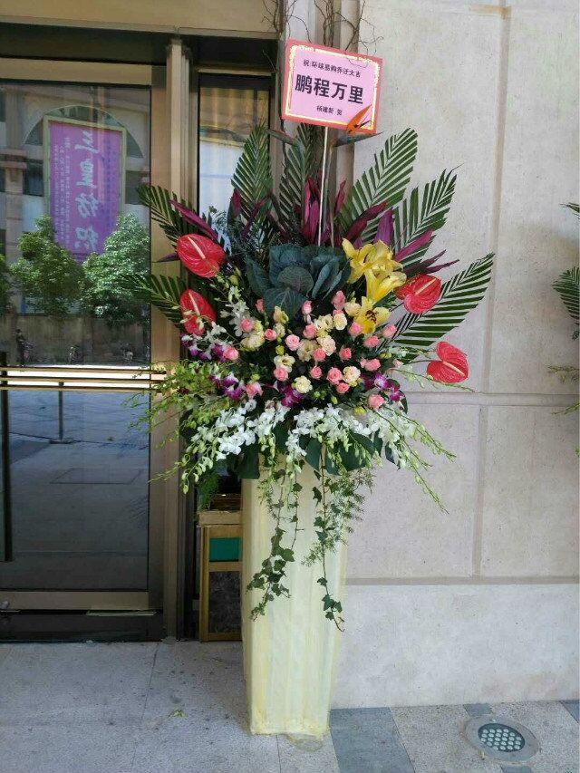石夏兰玫瑰方柱花篮,花材,叶牡丹、玫瑰、红掌、洋兰、百合,包装,港式开业花篮鲜花图片展示。