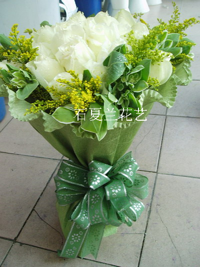 石夏兰19朵白玫瑰花束鲜花图片展示