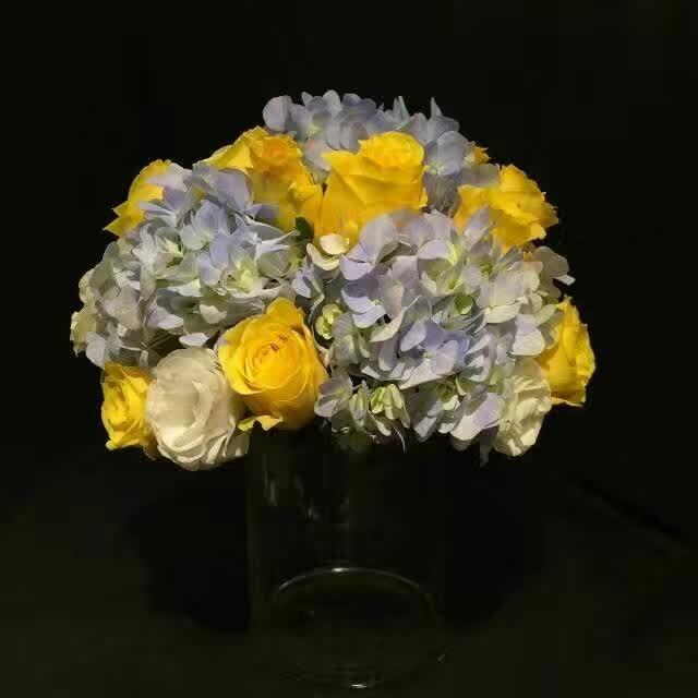 石夏兰绣球,玫瑰台面花,花材,绣球花、橙玫瑰,包装,玻璃瓶插台面花,会议桌花,接待台鲜花  鲜花图片展示。