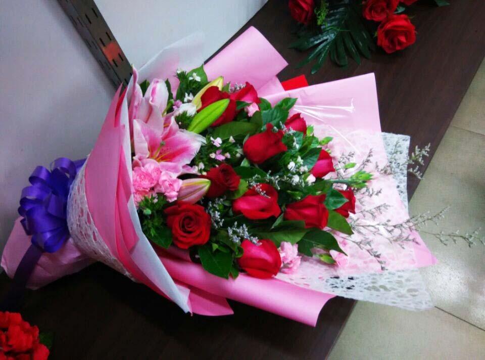 石夏兰9朵红玫瑰,百合花,特价,生日礼品,鲜花,深圳花店,南山,龙华,赛格广场附近,探望,探视鲜花图片展示。
