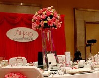 石夏兰玫瑰桌花,玻璃瓶插花,宴会桌面装点花,艺术插花,268元/个,花材玫瑰、洋桔梗,包装高脚玻璃瓶插花鲜花图片展示。