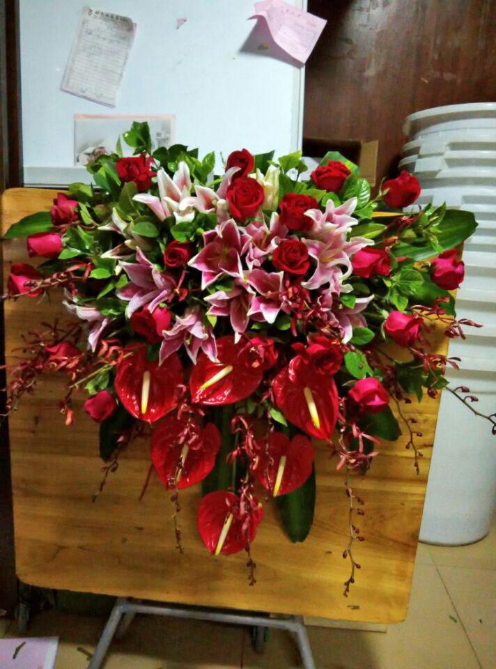 石夏兰红掌,红玫瑰演讲台花,花材,百合,红玫瑰,红兰,包装,瀑布式演讲台花鲜花图片展示。