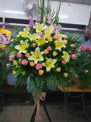 本店新上架鲜花作品,港式开业花篮鲜花图片展示,点击订购。