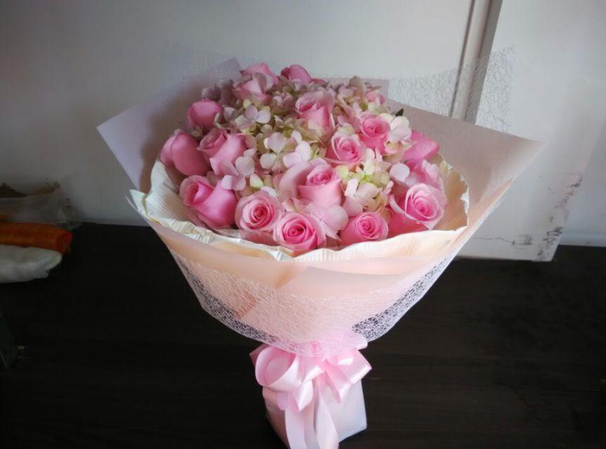 石夏兰送女友鲜花,送太太鲜花,19朵水蜜桃,同色系绣球,单面花束,西式花束鲜花图片展示