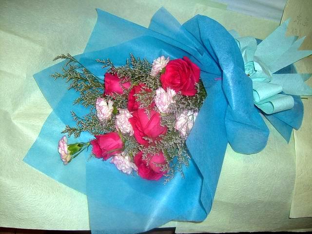 石夏兰6枝红玫瑰与康乃馨花束鲜花图片展示。