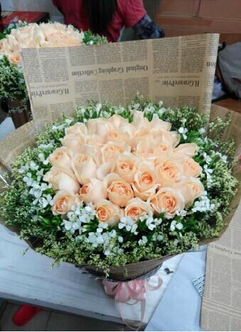 石夏兰33朵香槟玫瑰圆形包装鲜花图片展示。