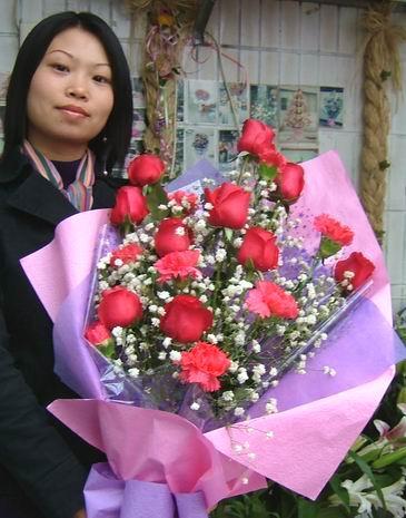 石夏兰10枝红玫与8朵康乃馨花束鲜花图片展示。