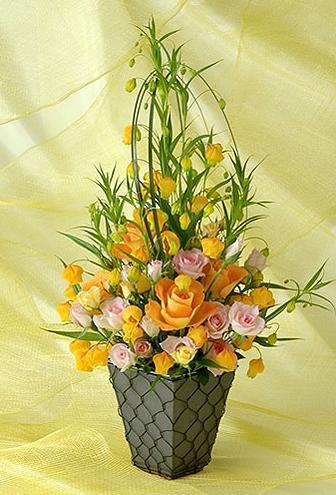 石夏兰香槟玫瑰花篮鲜花图片展示。