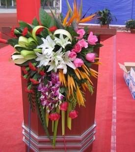 石夏兰主讲台鲜花,深圳演讲台鲜花,报告会鲜花,高峰论坛鲜花,新闻发布会鲜花鲜花图片展示。