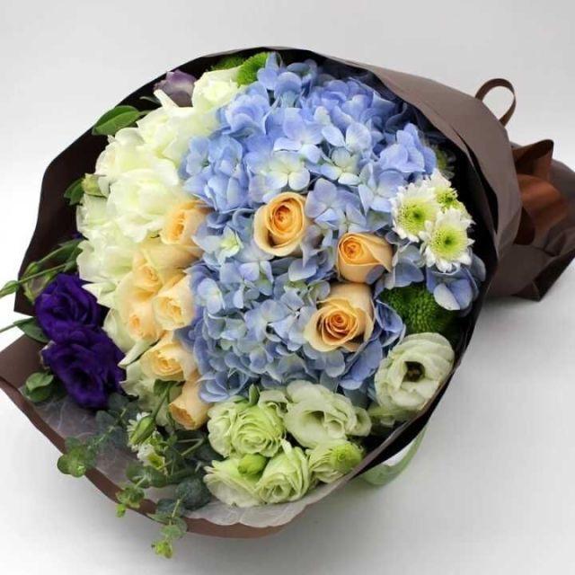 石夏兰玫瑰,绣球花束,生日花束,探望鲜花,花材,9朵香槟,11朵白玫瑰,绣球,桔梗,迷你菊,包装单面扇形形包装,温柔可爱型鲜花图片展示。