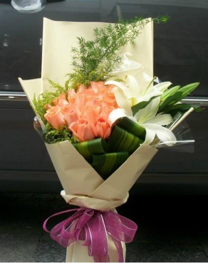 石夏兰16朵粉玫瑰与香水百合花花束鲜花图片展示