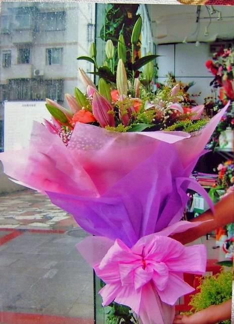 石夏兰11枝粉香水百合花束鲜花图片展示。
