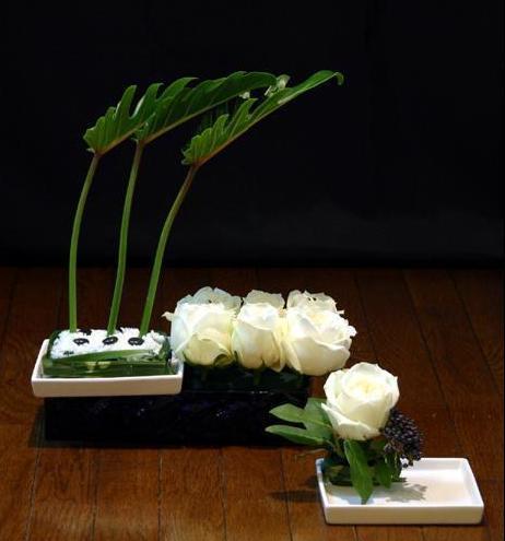 石夏兰白色玫瑰造型插花鲜花图片展示。