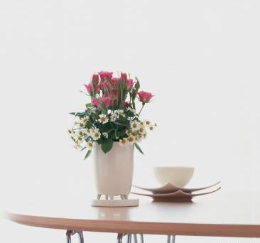 石夏兰瓶插花鲜花图片展示。