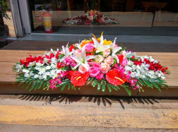 石夏兰仿真会议桌花,休息室仿真花,装饰仿真花,花材,仿真红掌,仿真香槟玫瑰,仿真白洋兰,仿真百合, 仿真绿叶,仿真台面花,包装鲜花图片展示。