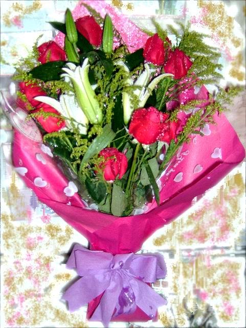 石夏兰9枝红玫与白合鲜花图片展示。