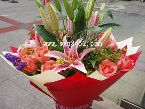 石夏兰香水百合与艳粉玫瑰圆形花束鲜花图片展示。