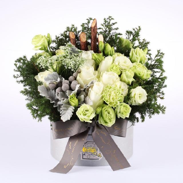 石夏兰白玫瑰,桔梗花,336元,节日礼物鲜花,圣诞节送礼鲜花,节日氛围饰花,商务花篮鲜花图片展示。