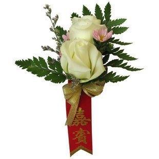 石夏兰香槟玫瑰胸花鲜花图片展示。