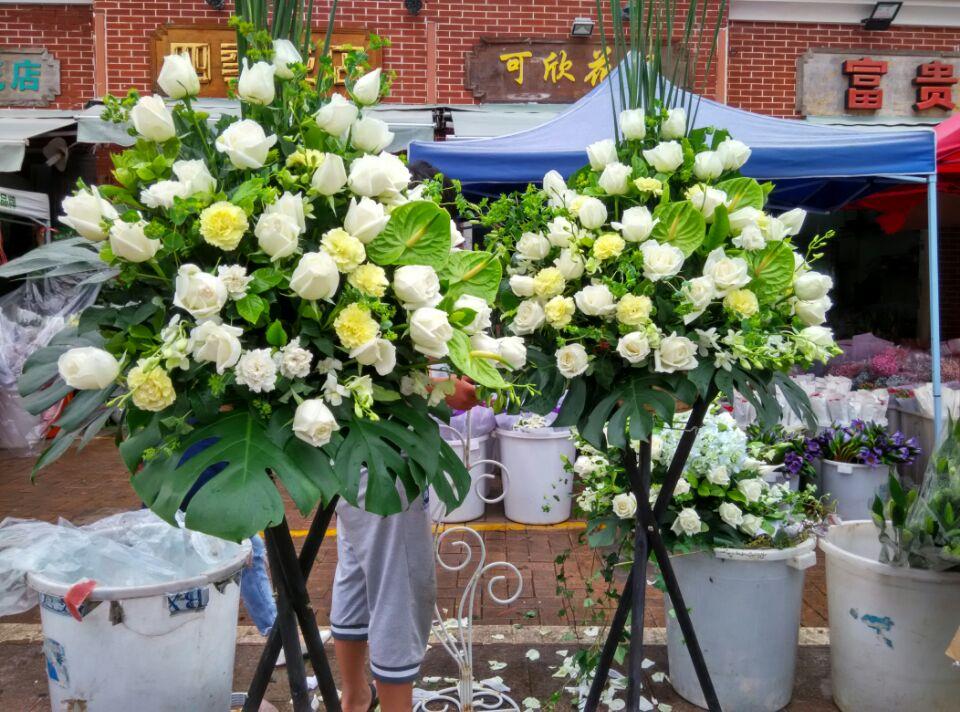 石夏兰展览会花篮,花材,白玫瑰,黄玫瑰,绿掌,绿叶,包装,原木三角架开业花篮,绿掌花篮,庆典花篮鲜花图片展示。