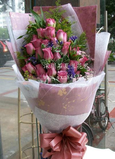 石夏兰19朵紫色玫瑰鲜花图片展示。