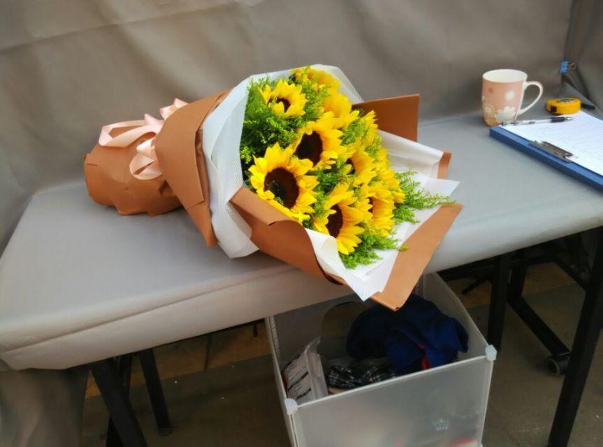 石夏兰向日葵10朵,10朵代表十全十美,对未来美好的期盼,送少年儿童,花材10朵向日葵等,包装,扇形花束鲜花图片展示