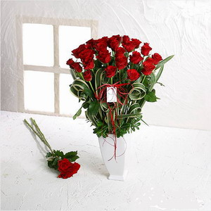 石夏兰心心相印*12朵红玫与花瓶鲜花图片展示。