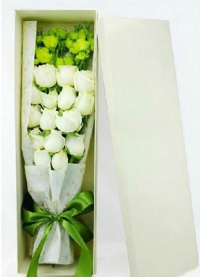 石夏兰礼盒白玫瑰鲜花图片展示。