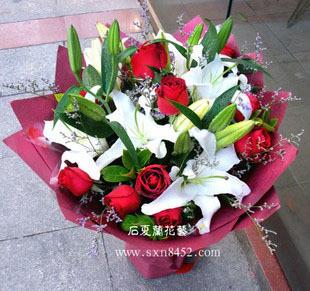 石夏兰9朵红玫瑰鲜花图片展示。
