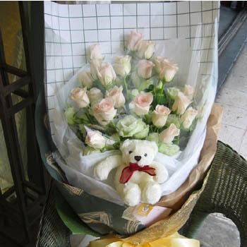 石夏兰22朵白玫瑰鲜花图片展示。
