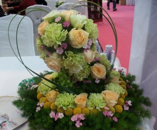 石夏兰石岩婚宴香槟玫瑰餐桌花鲜花图片展示。