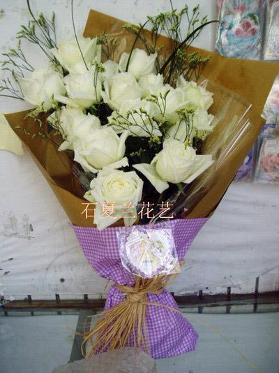 石夏兰11朵白玫鲜花图片展示。