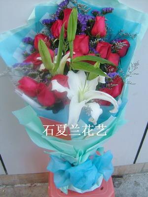 石夏兰19朵红玫瑰香水百合鲜花图片展示。