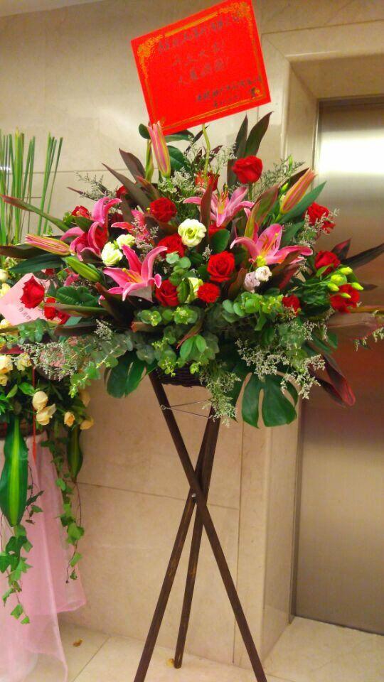 石夏兰原木三角架,港式花篮,花材,火百合,玫瑰,桔梗,朱蕉,绿叶,包装,欧式花篮鲜花图片展示。
