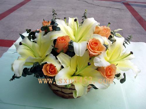 石夏兰【脱俗】玫瑰与百合花手提花篮鲜花图片展示。