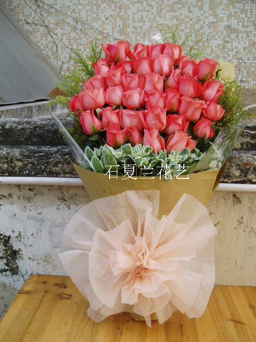 石夏兰深情呼唤,33朵红玫,扇形花束鲜花图片展示。