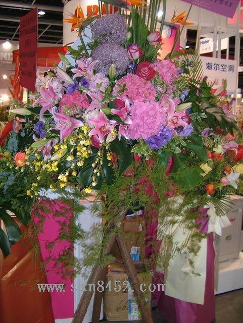 石夏兰葱球,绣球,原木,三角架,书画展花篮,会展中心,会展祝贺鲜花鲜花图片展示。