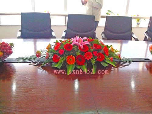 石夏兰会议桌子,会议室鲜花,会议桌子鲜花,会展鲜花,展台台面花,福田中心区办公楼会议桌鲜花鲜花图片展示。