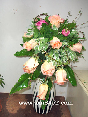 石夏兰瀑布式瓶插花鲜花图片展示。