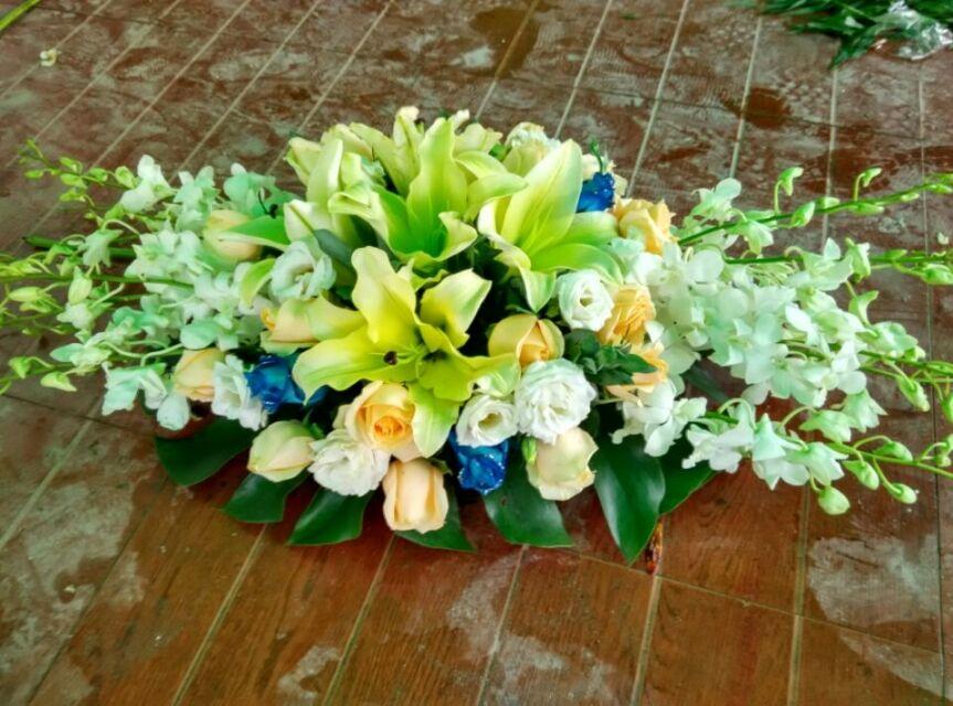 石夏兰香槟会议桌花,百合玫瑰台面花,演讲台鲜花,香槟色玫瑰花,白玫瑰,黄百合,泰国兰,绿叶若干,台面花长条包装鲜花图片展示。