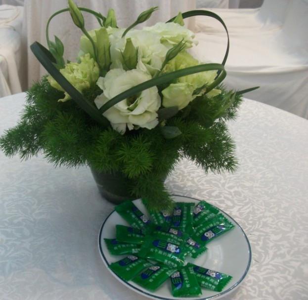 石夏兰白桔梗餐桌鲜花图片展示。