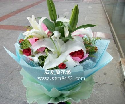 石夏兰BB妈生日鲜花,探望鲜花,花材,6朵红玫瑰,6朵康乃馨,一枝,3朵,百合包装,圆形花束鲜花图片展示。