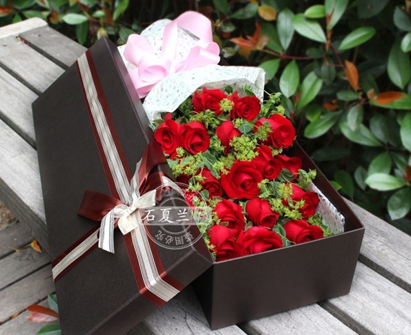 石夏兰紫玫瑰礼盒鲜花图片展示