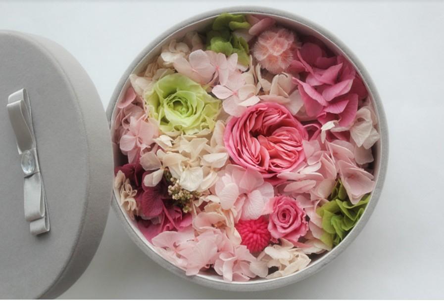 石夏兰【时尚派】,玫瑰礼盒鲜花,周六,周日,送深圳折上折,【花材】,各色玫瑰礼盒花束,绿叶若干, 【包装】,圆形包装鲜花图片展示。