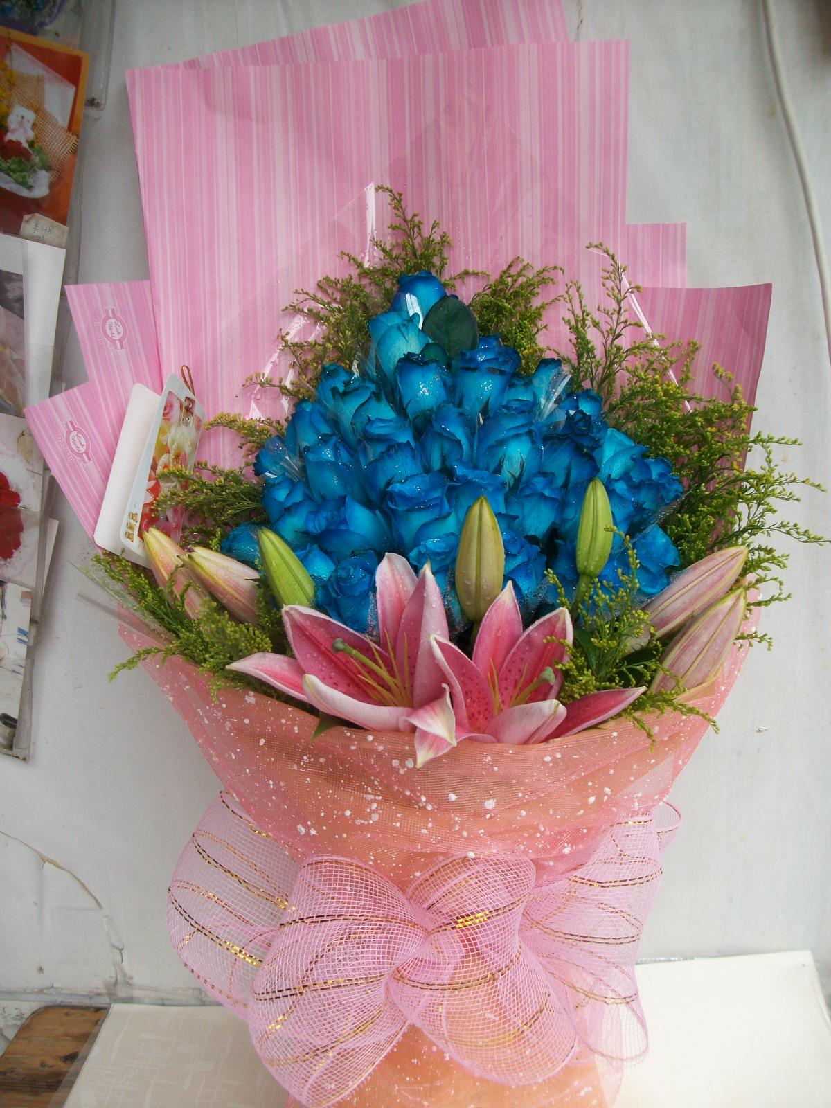 石夏兰33朵蓝玫瑰鲜花图片展示。